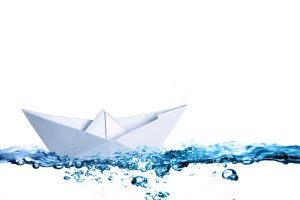 shutterstock_papierboot-auf-wasser
